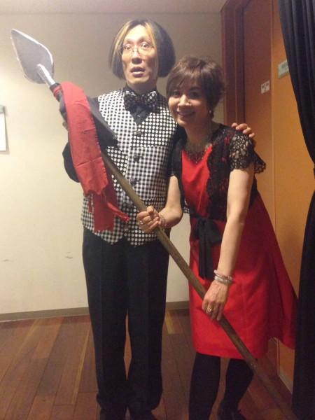 終演直後、この日の「ナゾの小道具」とともに!アキラさん、役者顔&裕美さんスマイル♪