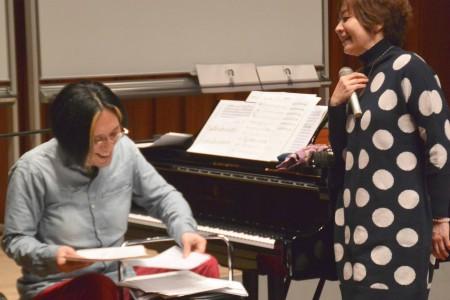 前日リハーサルで、これまでに作られた「校歌」を振り返るアキラさんと裕美さん。「これは名曲だよね!」