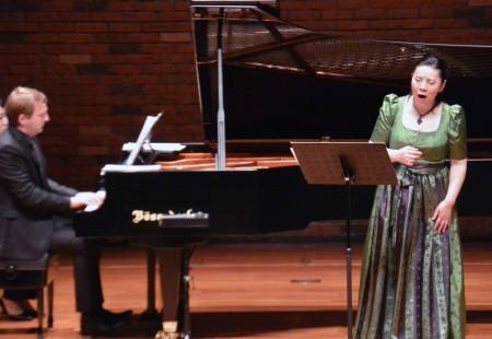 ラスカ「万葉集歌曲」演奏中。メゾソプラノ日野妙果、ピアノ ヨハネス・ヴィルヘルム。