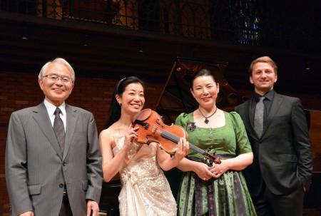 左から、根岸一美(お話)、前田朋子(ヴァイオリン)、日野妙果(メゾソプラノ)、ヨハネス・ヴィルヘルム(ピアノ)